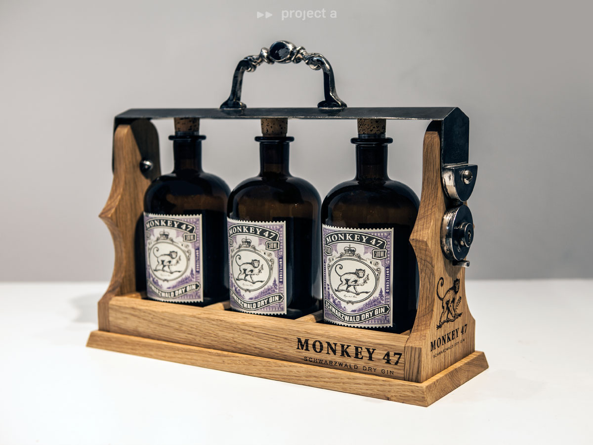 monkey47, gin, schwarzwald, flaschenträger, ausschänker, flaschen-presenter,flaschenhalter,flaschenständer,Barstand,bar presenter, monkey47 presenter,christopher baer, project a